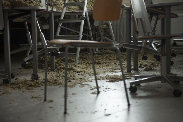 Helsingin Oulunkylässä sisäkaton romahtaminen aiheutti hirveän sotkun. Yli 10 pari vuotta sitten remontoitua luokkahuonetta meni käyttökieltoon romahduksen jälkeen.