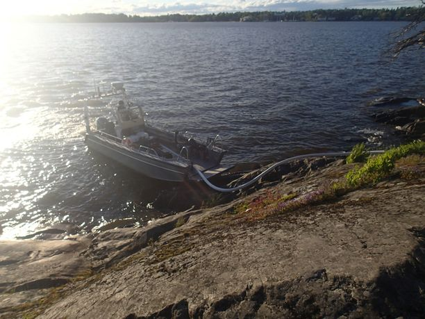 Sammutustyössä päädyttiin käyttämään pelastuslaitoksen palopumpulla varustettua venettä haastavan maaston vuoksi ja koska lähimmältä tieltä oli palopaikalle pitkä matka.