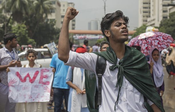 Mielenosoitukset alkoivat nuorten vaatimuksesta saada Bangladeshiin turvallisemmat tiet.