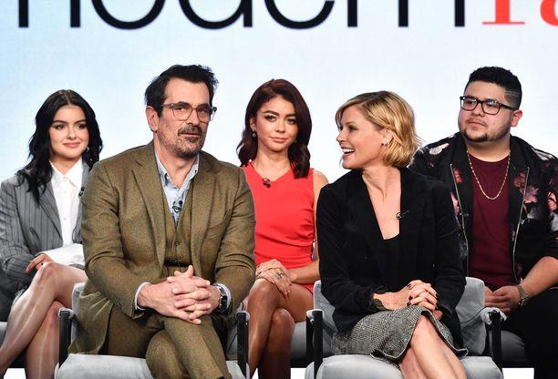 Ariel Winter, Ty Burrell, Julie Bowen, Sarah Hyland ja Rico Rodriguez yhteiskuvassa alkuvuodesta 2020.