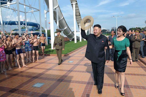 Pohjois-Korean johtajalla Kim Jong-unilla on valtavia summia piilossa ulkomaisilla tileillä. Samaan aikaan oma kansa näkee nälkää.