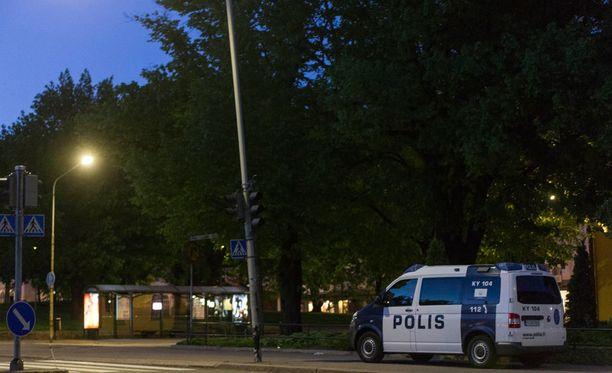 Poliisi piiritti kerrostaloa asemiehen vuoksi.