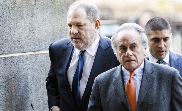 Harvey Weinsteinin (vas.) päälakimies Benjamin Brafman (toinen oikealta) jättää paikkansa tuottajan oikeudellisena neuvonantajana.