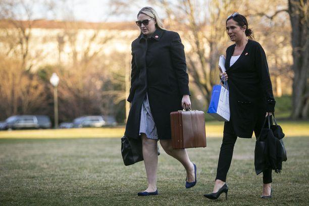 Kuvassa Melania Trumpin tiedottajana työskennellyt Stephanie Grisham (oik.) Valkoisessa talossa maaliskuussa 2019.