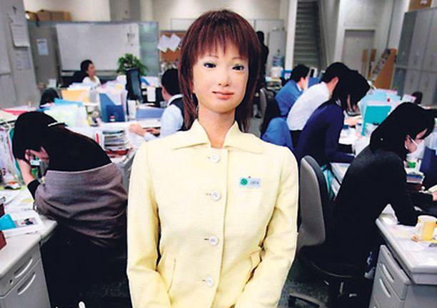 """Tokion yliopiston professorin Hiroshi Kobayashin kehittämä robotti Saya työskentee yliopiston vastaanotossa. Sayaa testattiin aiemmin tänä vuonna koululuokissa. Saya ei osaa vielä kovinkaan paljon, mutta karjaisee tarpeen tullen """"Olkaa hiljaa""""."""