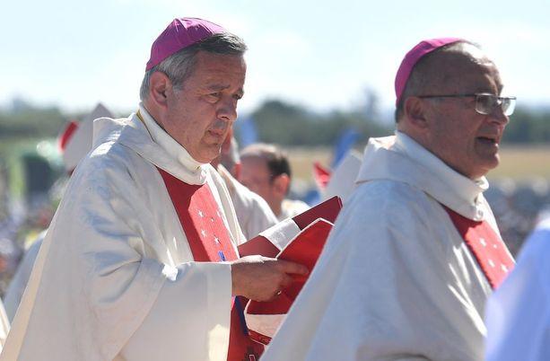 Osornon piispa Juan Barros oli paikalla, kun paavi johti messua Temucossa keskiviikkona.