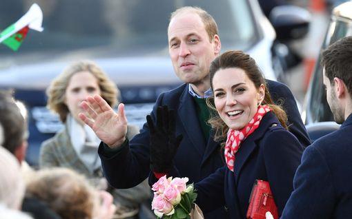 Prinssi William ja herttuatar Catherine rentoina Walesissa – Kate osoitti erityistä hellyyttä puolisolleen