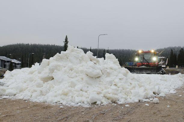 Lumikissa puski uutta hiihtoalustaa kohti Rukan Impilinnaa.