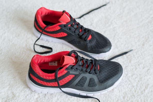Kyykyt on testaajan kokemuksen perusteella helpompi tehdä urheilujalkineet jalassa kuin sukkasillaan tai paljain jaloin.