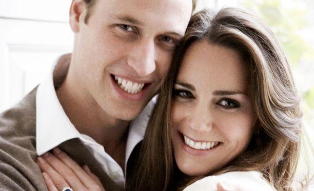 Vihdoinkin! Marraskuussa 2010 William paljastaa kosineensa Katea muutamaa viikkoa aiemmin tehdyllä Kenian reissulla. Säteilevä pari ei edes yritä peitellä onneaan. Kate paljastaa jännittävänsä tulevaisuutta kuninkaallisena. Yritän parhaani, tuleva kuningatar toteaa.