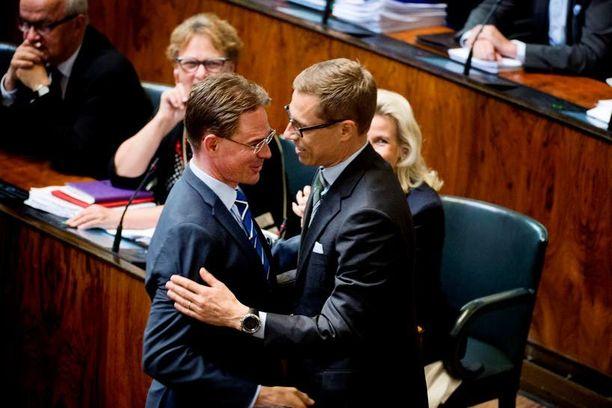 Jyrki Katainen oli eduskunnan äänestyksen jälkeen ensimmäisenä onnittelemassa seuraajaansa Alexander Stubbia.
