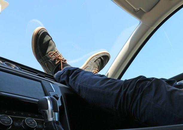 Jalkoja olisi mukava lepuuttaa kojelaudan päällä, mutta se voi olla vaarallista ajon aikana.