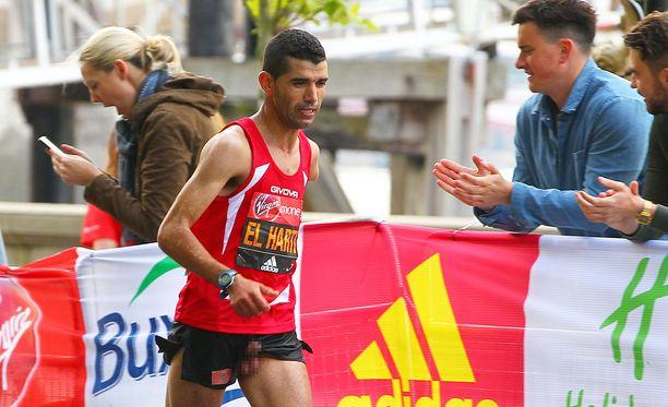 Marokkolaisjuoksijan miehisyys oli putkahtanut puntista kokonaan esille.