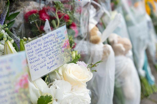 Uhrien muistoksi tuotiin perjantaina kukkia.