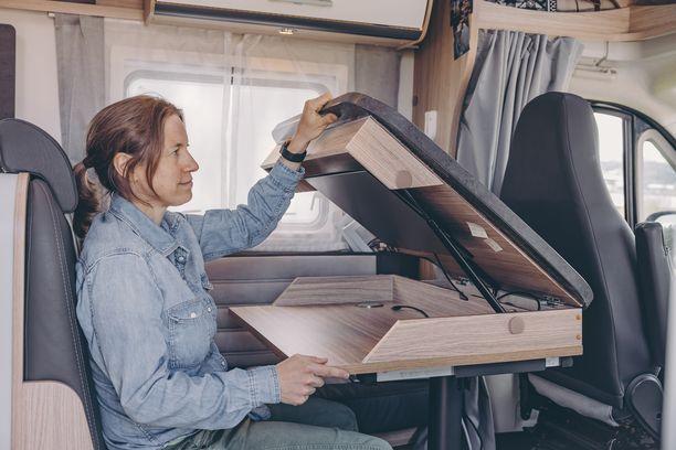 Taitettavan työpöydän sisällä voi säilyttää esimerkiksi läppäriä silloin, kun sitä ei käytä.