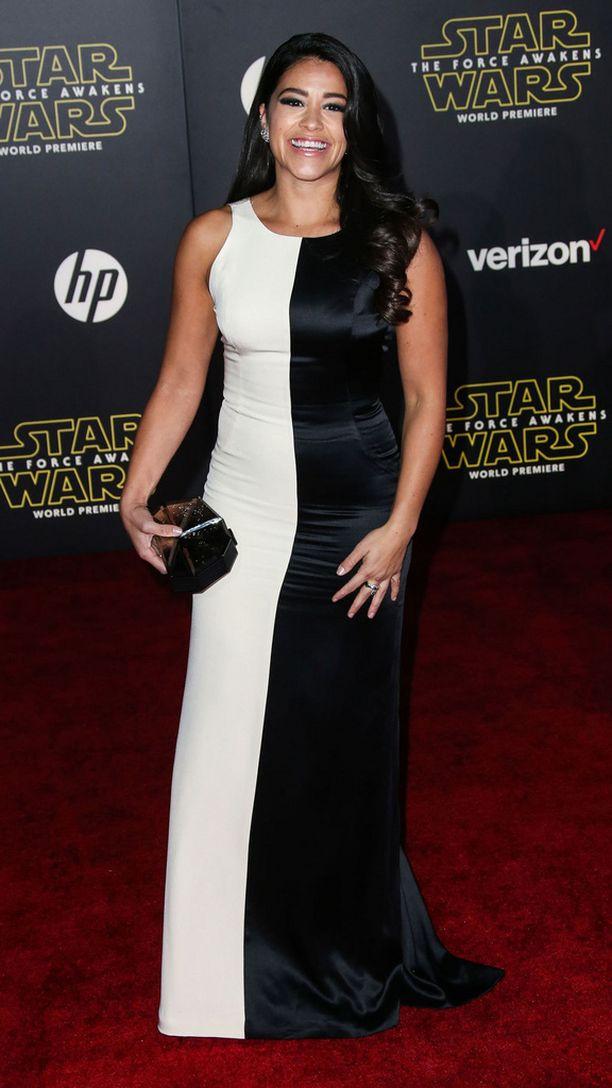 Näyttelijä Gina Rodriguezin mekossa kiteytyi Star Wars -elokuvien ydin: valoisan ja pimeän puolen ikuinen taisto.