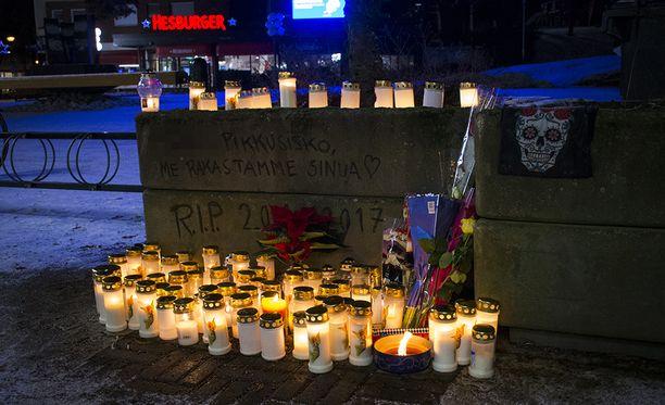 Keravan keskustaan 16-vuotiaan tytön muistopaikalle on tuotu lukuisia muistokynttilöitä. Kuva torstailta.