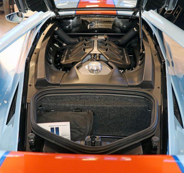 Keskimoottorina jyrisee nyt 648-hevosvoimainen V6.