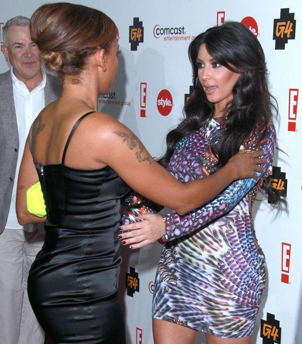 Mel B ja Kim tervehtivät toisiaan Beverly Hillsissä pidetyissä kemuissa.