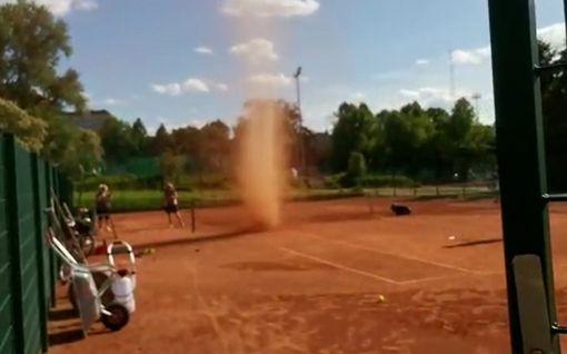 """Video: Jarno kuvasi hurjan trombin lähietäisyydeltä Lahdessa – """"Meni hiekkaa korvaan ja silmiin"""""""