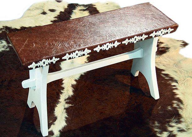 Kirpparilta löydetty penkki muotoutui Tiinan käsissä uudenveroiseksi. Istuinosa päällystettiin kauniin ruskealla nahalla ja askartelumassasta tehtiin muotin avulla kaunis koristelu penkin reunaan.