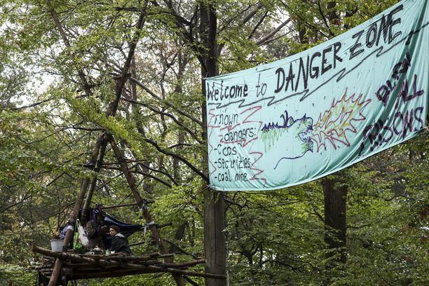 Mielenosoittajat eivät suostuneet tulemaan alas Hambachin metsän puista ilman vastarintaa.