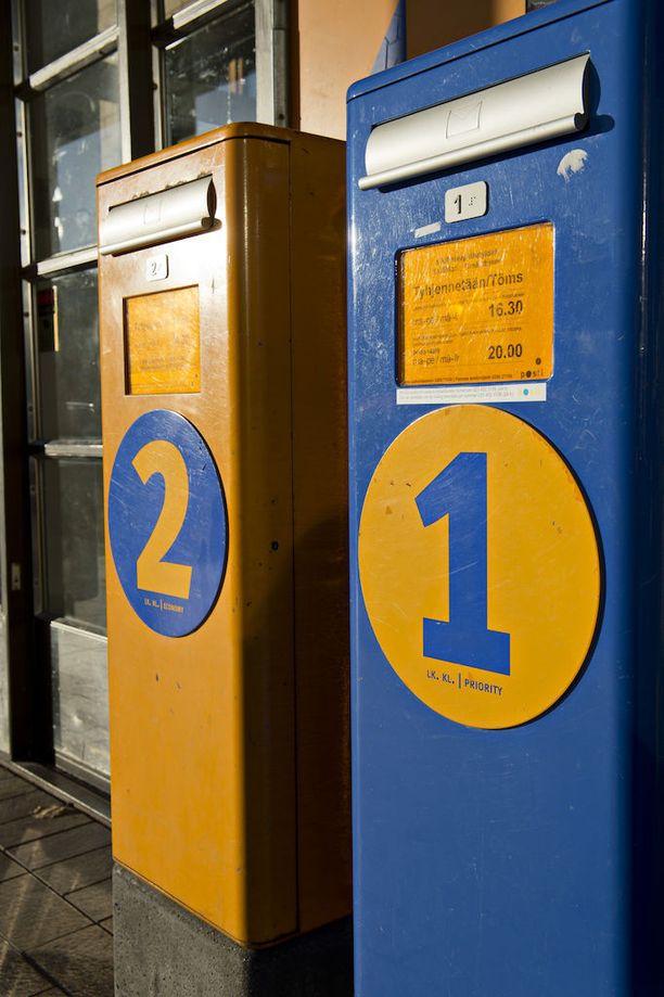 Varas vei kirjelaskun postilaatikosta Mänttä-Vilpulassa. Kuvituskuva.