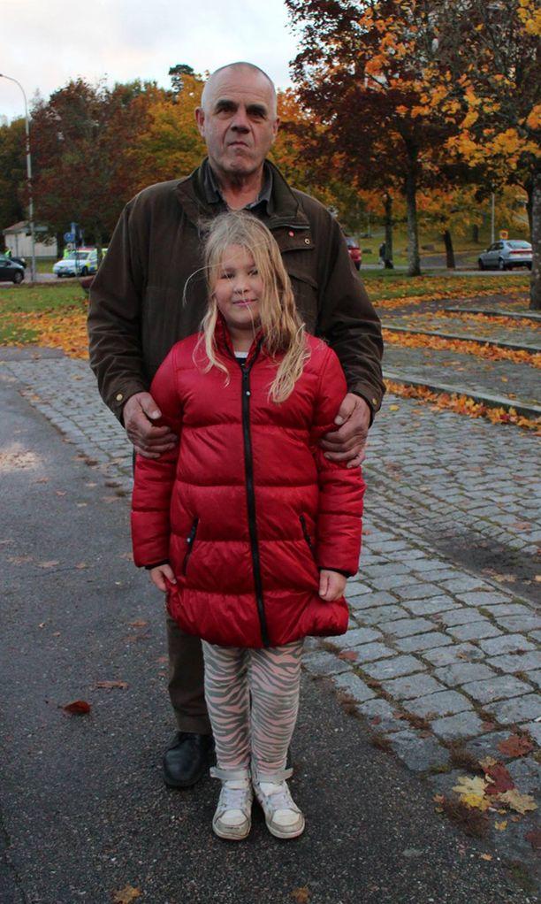 Suomensukuinen Emilia joutui odottamaan poispääsyä luokasta kolmen tunnin ajan, mutta kertoo voivansa silti hyvin. Vierellä Ylf-isoisä.