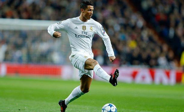 Cristiano Ronaldosta ilmestyi tänään kirja englanniksi. Maanantaina elokuvateattereihin ilmestyy dokumenttielokuva supertähdestä.