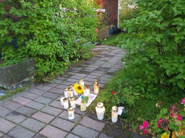Pihaan oli tuotu monia kynttilöitä, suruviestejä ja iso keltainen auringonkukka ja ruusu.