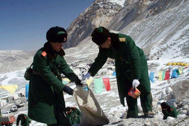 Mount Everestille kertyy jätettä, jota raivaamaan on laitettu jopa poliiseja. Silti vain osa roskasta saadaan kerättyä pois.