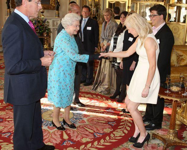 Kuningatar Elizabeth II ja laulaja-lauluntekijä Ellie Goulding vuonna 2011.