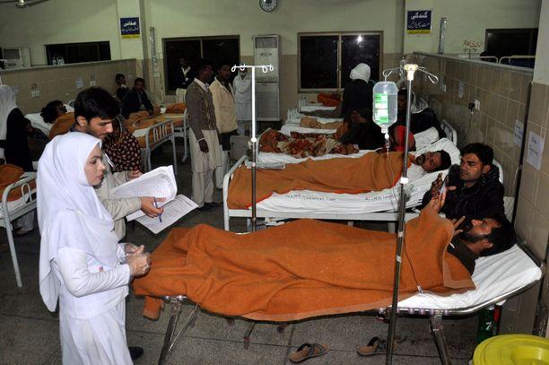 Helmikuussa myrkkyviina on tappanut kymmeniä ihmisiä Intiassa. Arkistokuva Pakistanista, jossa vastaavassa tapauksessa kuoli yli 30 ihmistä ja sairaalaan joutui lukuisia.