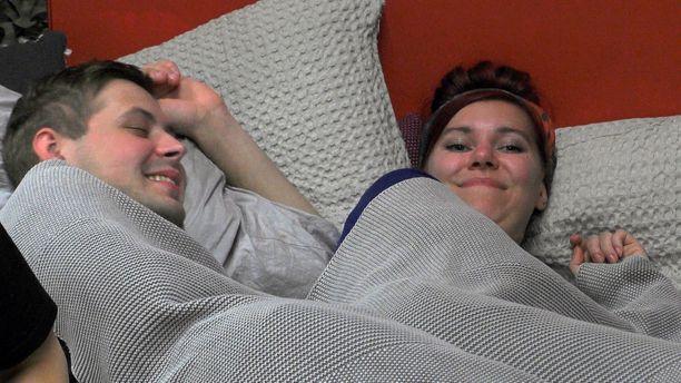 Jukka ja Eeva-Leena nukkuivat lusikassa.