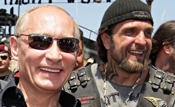 Venäjän presidentin läheiset suhteet Night Wolves -moottoripyöräjengiin saivat aikaan merkinnän KRP:n ylläpitämään rekisteriin. Kuvassa Putin ja jengin johtaja Aleksandr Zaldostanov.