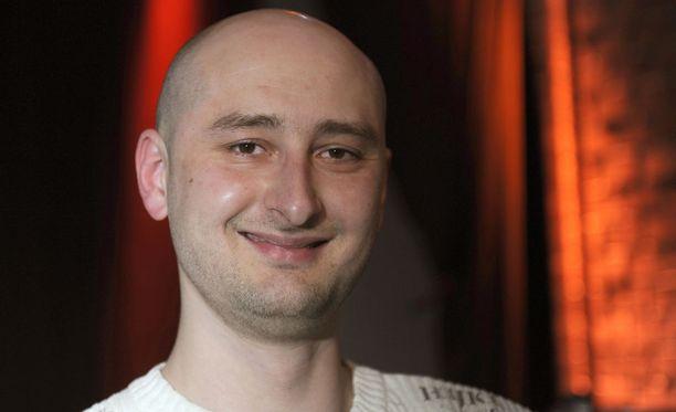 Toimittaja Arkadi Babchenko (1977-2018) murhattiin kotonaan Kiovassa tiistaina. Poliisin mukaan motiivi liittyy ilmiselvästi uhrin työhön.