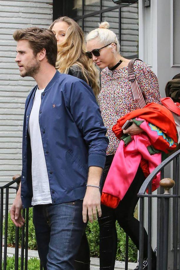 Viikko sitten Miley Cyrus ja Liam Hemsworth näyttivät taas onnellisilta lounastaessaan Miamin veljien Crisin ja Luken sekä Luken puolison Samantha Hemsworthin kanssa Hollywoodissa.