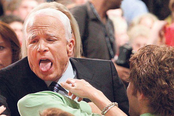 Republikaanien presidenttiehdokas John McCain älähti kivusta, kun innokas ihailija puristi liian voimakkaasti 72-vuotiaan veteraanin kättä Ohiossa järjestetyssä vaalitilaisuudessa.