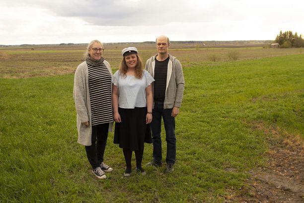 Amanda on Ville ja Taru Virrankosken esikoinen. Esikoistyttären ylioppilasjuhliin kutsutaan sukulaisten ja tuttavien lisäksi vieraat tervetulleeksi myös lehti-ilmoituksella.
