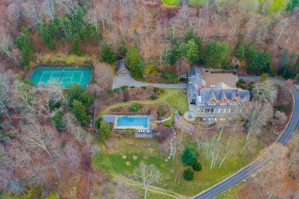 Talo sijaitsee vehreällä tontilla.