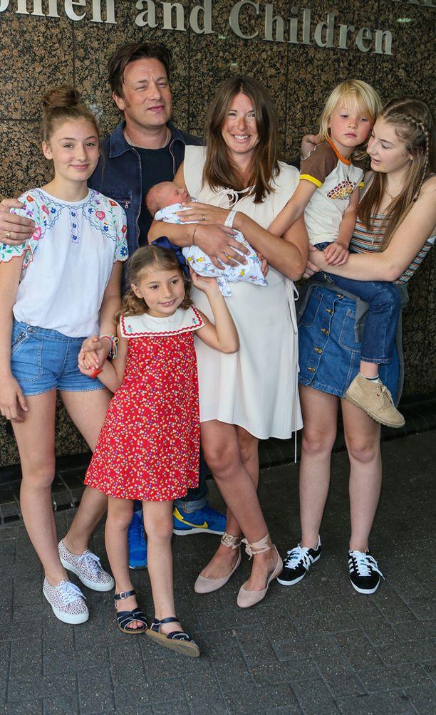 Oliverin perheeseen kuuluu nyt viisi lasta.
