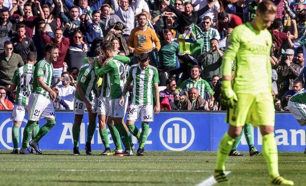 Real Betis -pelaajat juhlivat ottelun avausmaalia Barcelona-vahti virheen jälkeen.