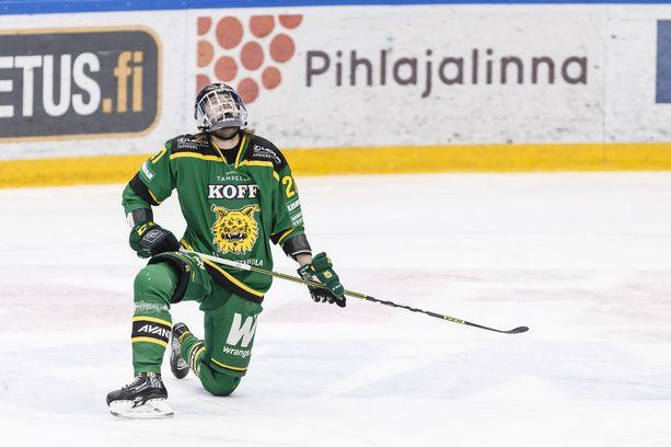 Ilves on polvillaan kaukalossa, mutta seura pysyy Risto Jalon huolellisen taloudenpidon myötä pystyssä koronasta huolimatta. Kuvassa Miro Nalli tiistain Lukko-ottelussa.