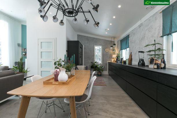 Uusissa kodeissa keittiöt ovat lähes poikkeuksetta avokeittiöitä. Kodista löytyy myös kauniisti sisustettu vaatehuone, kuntoiluhuone ja saunaosasto. Neliöitä on noin 197.