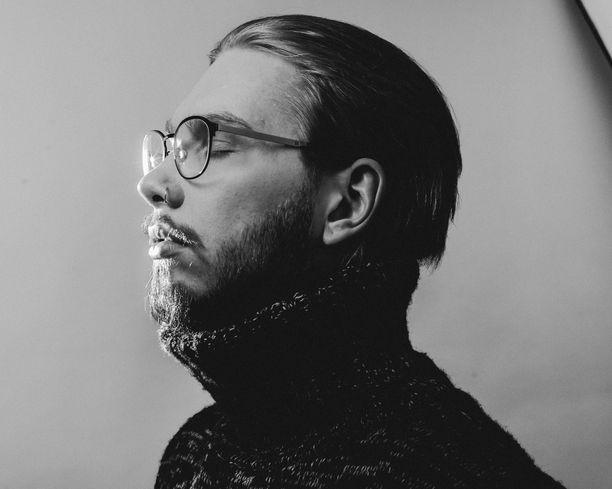 Aleksanteri Hakaniemi on ulkoiseltakin olemukseltaan muuttunut mies: kiharat ovat vaihtuneet suoraan tukkaan.