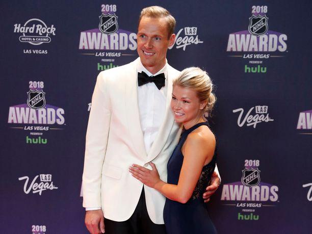Pekka Rinne kuvattiin yhdessä naisystävänsä Erikan kanssa NHL:n palkintogaalan punaisella matolla vuonna 2018.