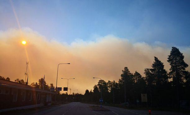 Uhkaavat savupilvet Venäjän rajan takaa näkyivät Suomen puolella selkeinä jo aamusta.