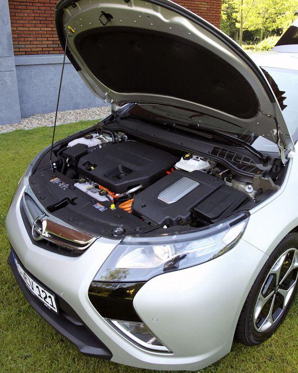Vasemmassa etukulmassa on sähkömoottori, isomman katteen alla polttomoottori.