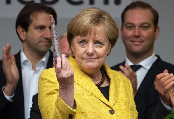 Liittokansleri Merkelin vaalivoitto ja neljäs kausi näyttävät selvältä. Hän piti mustaa porkkanaa kädessään kampanjatilaisuudessa Freiburgissa.