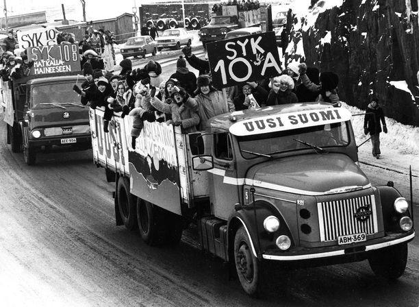 Penkkariajelu kuorma-auton lavalla on muodostunut perinteeksi vasta toisen maailmansodan jälkeen, vaikka penkinpainajaisia onkin vietetty toistasataa vuotta. Ylioppilaskokelaita juhlimassa penkinpainajaisia Helsingissä helmikuussa 1975.